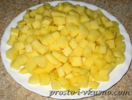 Картошку нарезаем мелкими кубиками