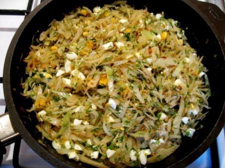 Перемешиваем капусту с яйцами и укропом