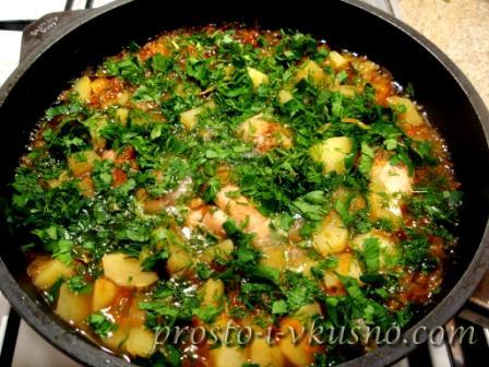 Добавляем мелко нарезанную зелень в картошку