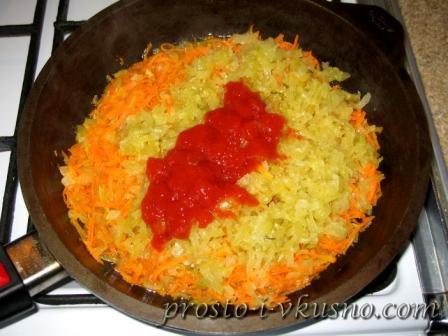 Добавляем в сковороду огурцы и томат