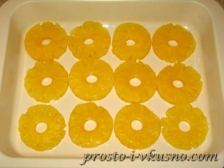 Кольца ананаса выкладываем в форму