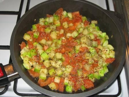 Добавляем помидоры и приправы
