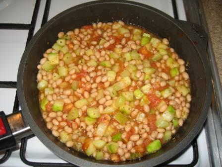 Добавляем фасоль и томатный соус