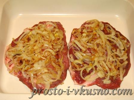 Выкладываем лук на мясо