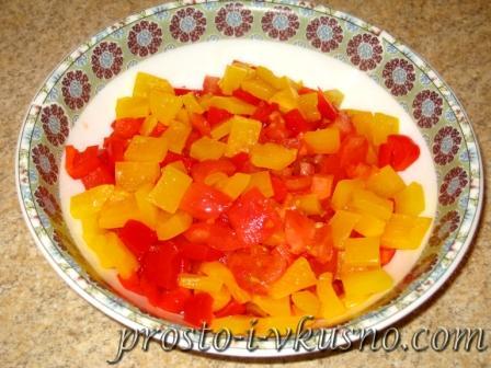 Режем помидоры и перец мелкими кубиками