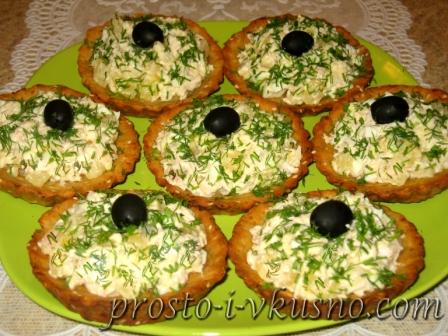 Салат в тарталетках с курицей и ананасами