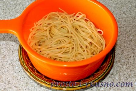 spagetti-otvarivaem-i-otkidyvaem-na-durshlag