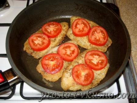 Выкладываем на рыбу помидоры