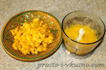 Мякоть манго режем кубиками и пюрируем