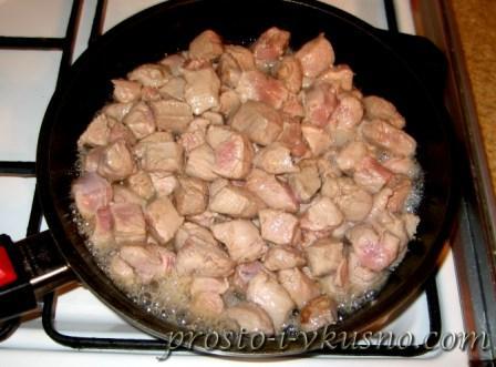 Выкладываем мясо в сковороду