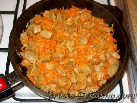 Добавляем морковь и продолжаем жарить