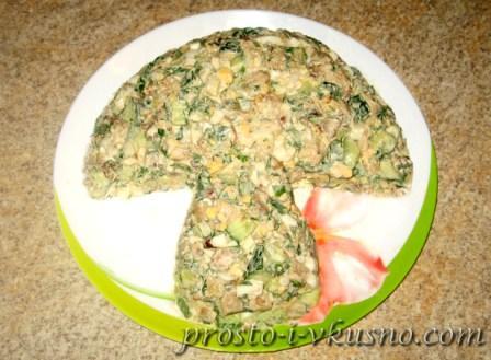 Выкладываем салат в форме гриба