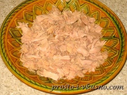 Мясо тунца разминаем вилкой