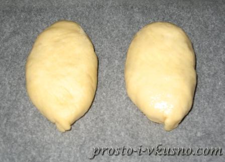 Выкладываем пирожки на противень швом вниз