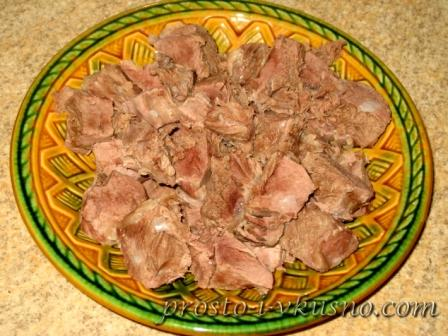 Мясо режем на кусочки