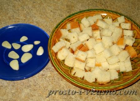Нарезаем белый хлеб кубиками