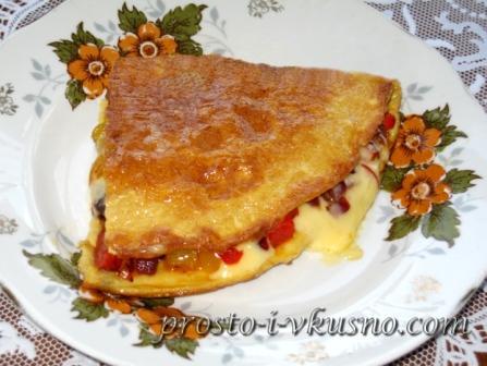 Омлет с начинкой из овощей и сыра