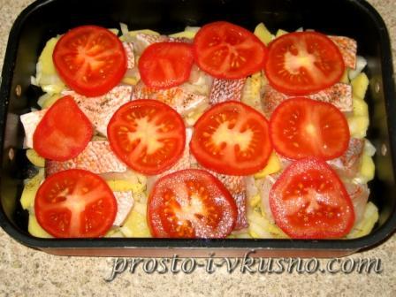 Поверх рыбы укладываем помидоры