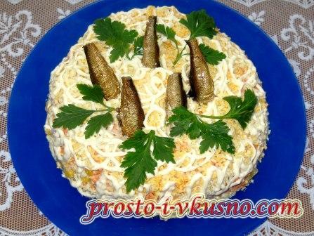 Салат со шпротами слоеный