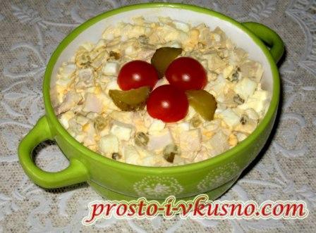 Простой салат из кальмаров с яйцами и майонезом