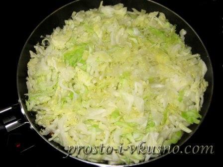 Шинкуем капусту и выкладываем ее к филе