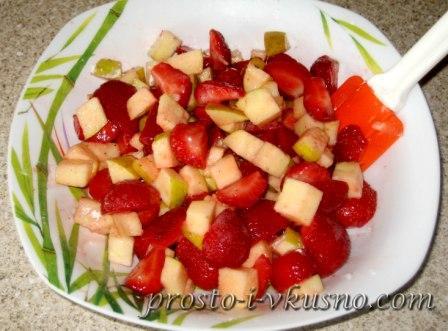 Перемешиваем клубнично-яблочную смесь