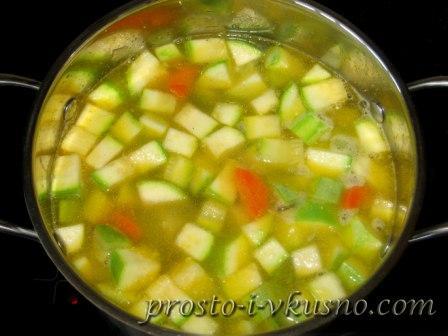 Заливаем овощи горячей водой