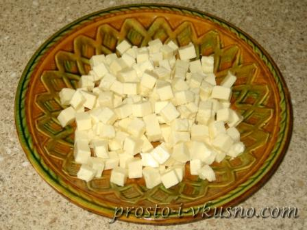 Сыр режем мелкими кубиками