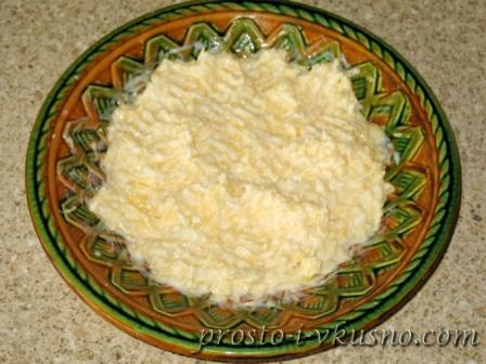 Добавляем йогурт и чеснок и перемешиваем