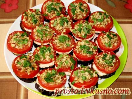 Баклажаны с помидорами, сыром и орехами
