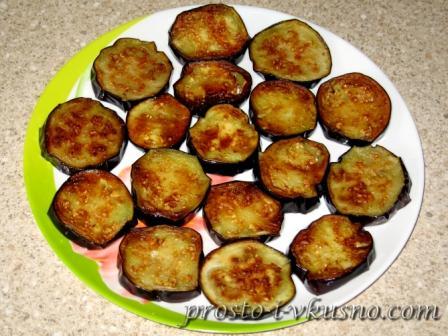 Выкладываем баклажаны на блюдо