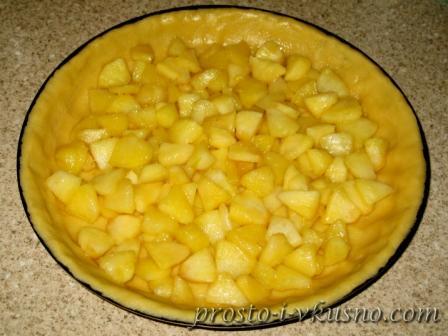 Выкладываем яблоки в форму и ставим в духовку