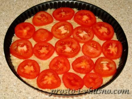 На фарш раскладываем помидоры