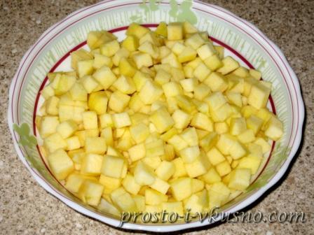 Чистим и мелко режем яблоки