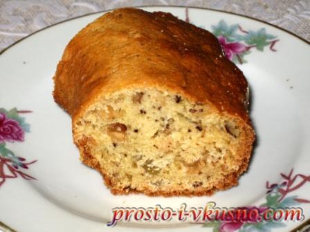 Кусочек пирога с орехами и изюмом