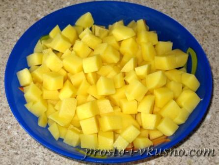 Картофель режем мелкими кубиками