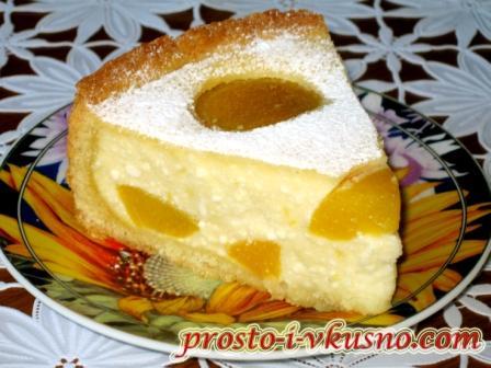 Кусочек творожного пирога с персиками