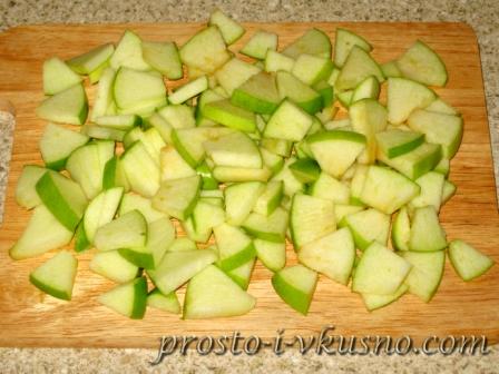 Яблоки режем небольшими кусочками