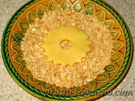 Обмакиваем песочное кольцо в орехи