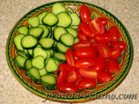 Нарезаем помидоры и огурцы