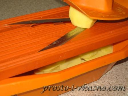 Картофель режем тонкими ломтиками