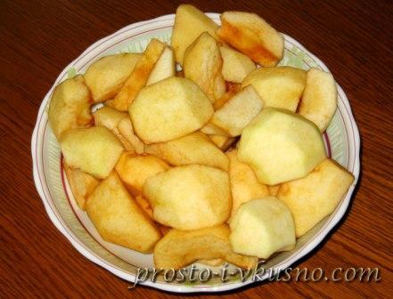 Очищенные яблоки режем на кусочки