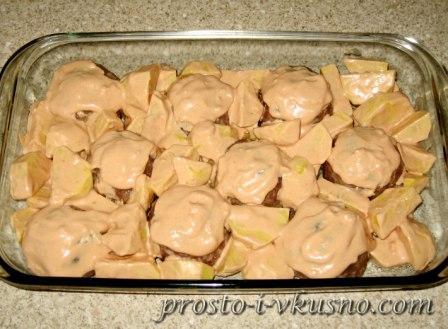 выкладываем картофель в соусе к тефтелям