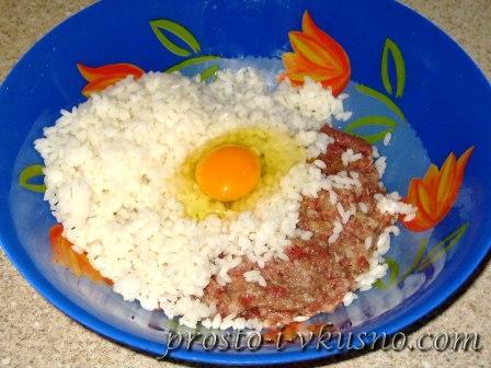 добавляем в фарш яйцо и рис