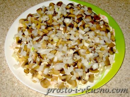 выкладываем грибы и лук