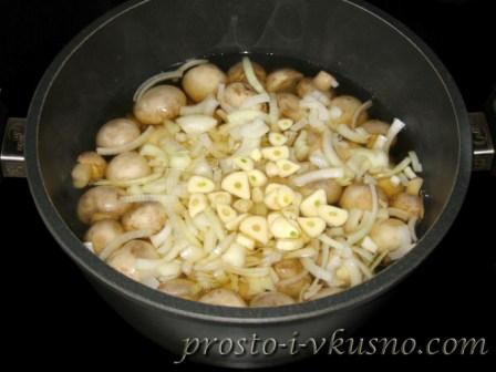 в готовые шампиньоны добавляем лук с уксусом и чеснок