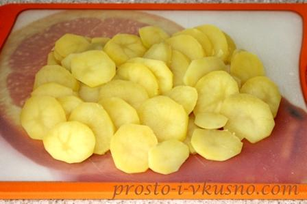 Отваренный картофель режем кружками