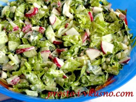 Зеленый салат с редисом, огурцами и яйцами