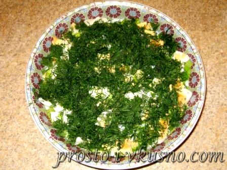 Добавляем яйца и укроп в салат