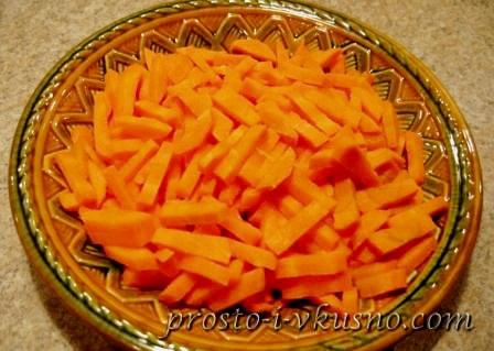 Морковь режем брусочками или соломкой